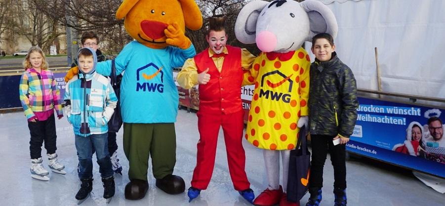 Susi, Tino und Clown Bruno auf dem Eis